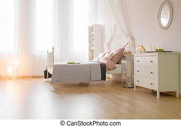 Una habitación espaciosa con cama