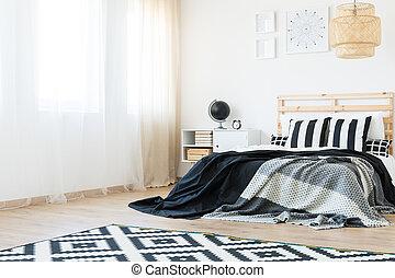 Una habitación espaciosa con cama grande