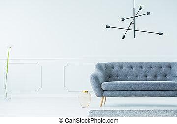 Una habitación espaciosa con sofá