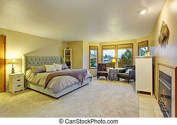 Una habitación grande con chimenea.