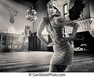 Una hermosa dama posando en un interior clásico