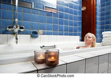 Una hermosa joven que se relaja en la bañera