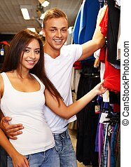 Una hermosa pareja joven eligiendo ropa deportiva en la salida deportiva