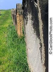 Una hilera de tumbas viejas en un cementerio