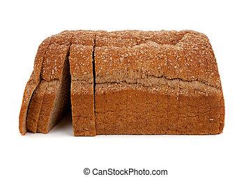 Una hogaza de pan de trigo rebanado en blanco