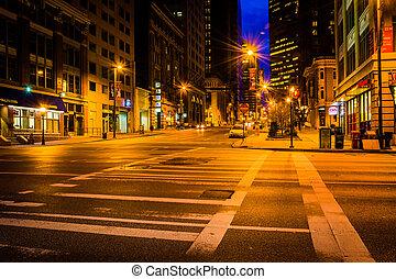 Una intersección de noche en Baltimore, Maryland.