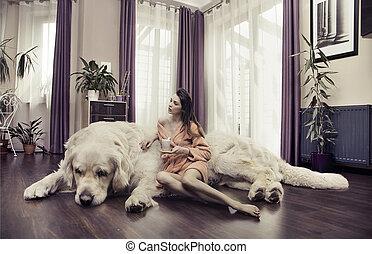 Una joven abrazando a un perro grande