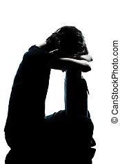 Una joven adolescente llorando triste silueta