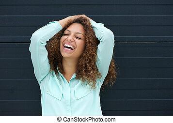 Una joven alegre riendo de una expresión feliz