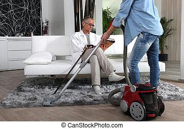 Una joven ayudando a la anciana con la limpieza