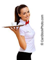 Una joven camarera con una bandeja vacía