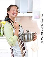 Una joven cocinando comida saludable