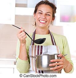 Una joven cocinando comida sana