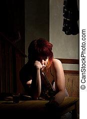 Una joven con casi una botella de vino