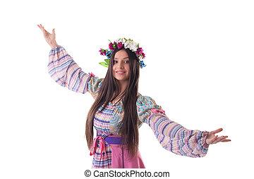 Una joven con guirnalda bailando en traje ruso