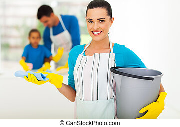 Una joven con herramientas de limpieza