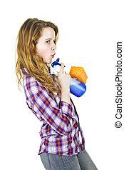 Una joven con suministros de limpieza