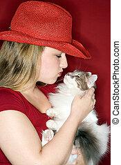 Una joven con un gato peludo.