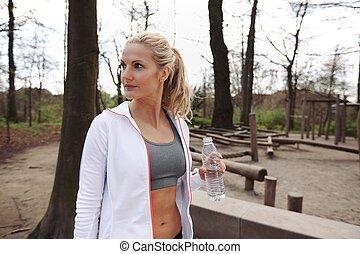 Una joven después de trabajar en un parque