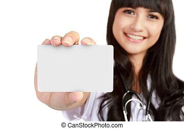 Una joven doctora que muestra tarjeta