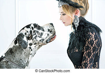 Una joven elegante mirando al perro