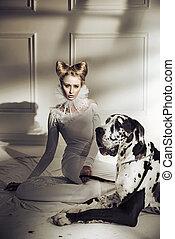 Una joven elegante relajándose con su perro amistoso