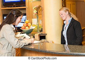 Una joven en la recepción del hotel