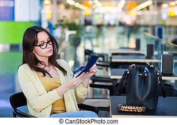 Una joven en la sala de espera del aeropuerto