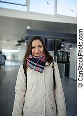 Una joven en la sala de espera del aeropuerto.