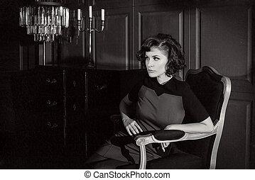 Una joven en una película de terror