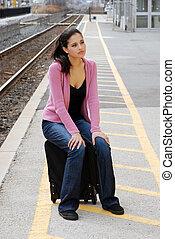 Una joven esperando el tren