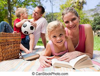Una joven familia feliz disfrutando de un picnic