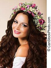 Una joven genuina con cabellos sanos y corona de flores