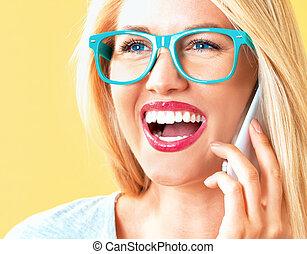 Una joven hablando por teléfono