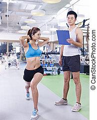 Una joven haciendo ejercicio en el gimnasio