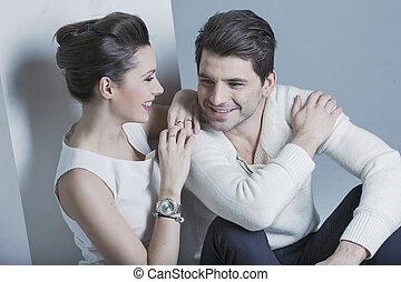 Una joven hermosa mirando a su hombre