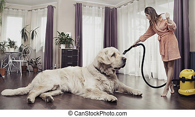 Una joven limpiando un perro grande