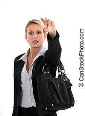 Una joven llamando a un taxi