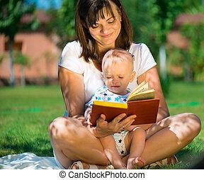 Una joven madre leyendo un libro a su hijo