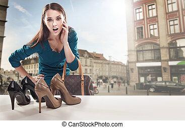 Una joven mirando la ventana de la tienda
