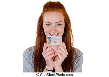 Una joven mostrando su licencia de conducir