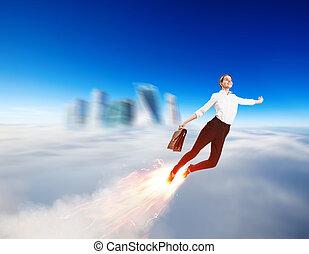 Una joven mujer de negocios volando como un cohete en el cielo azul.