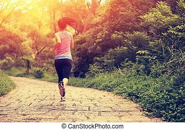 Una joven mujer en forma corriendo