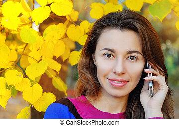 Una joven mujer hermosa al teléfono