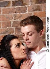 Una joven pareja abrazada