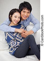 Una joven pareja asiática en casa