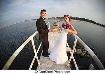 Una joven pareja casada y la vista al mar