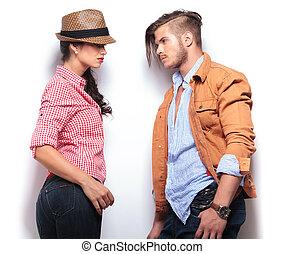 Una joven pareja casual mirándose