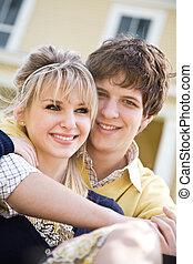 Una joven pareja caucásica enamorada