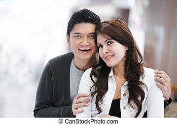 Una joven pareja de adultos asiáticos